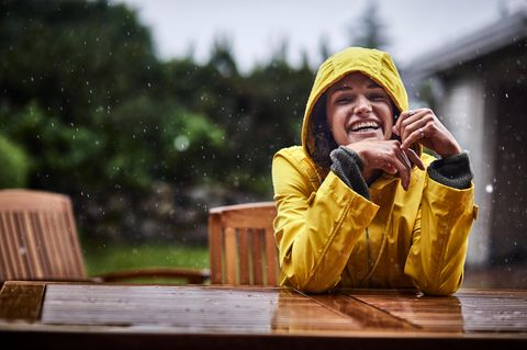 Psychologie: Eine sympathische Frau in Regenjacke