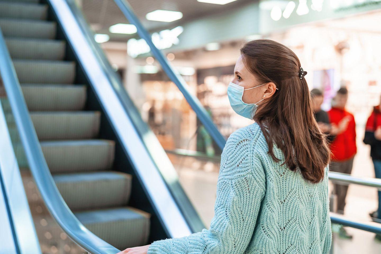 Corona aktuell: Frau mit Maske im Kaufhaus