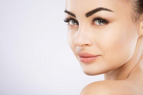 Powder Brows: Frau mit vollen Augenbrauen