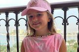 """Sophia, die ältere Tochter von Tamara Ecclestone und Jay Rutland, posiert in einem coolen Batik-Zweiteiler und mit rosafarbener Visoren-Cap und cooler Kette auf dem Balkon. Im Hintergrund ist Dubai zu erkennen, wo Familie Ecclestone gerade einen """"verlängerten Urlaub"""" macht."""