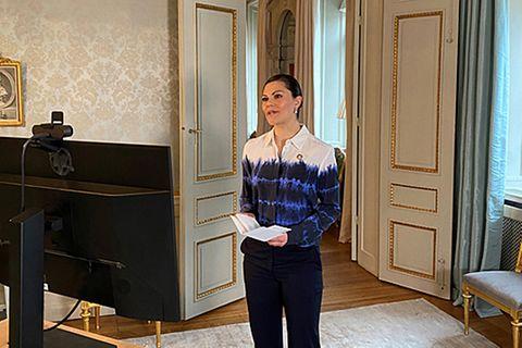 Wie stylisch! In so einem Look haben wir Prinzessin Victoria selten gesehen. Bei einem Videocall setzt die Royal auf eine lässige Bluse mit Batik-Muster von Stella McCartney und wir müssen zugeben – das sieht echt cool aus. Hut ab, Victoria!