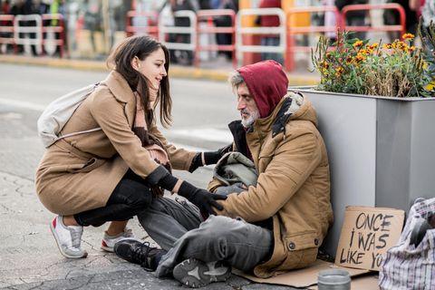 Streetworker: Streetworkerin mit Obdachlosem