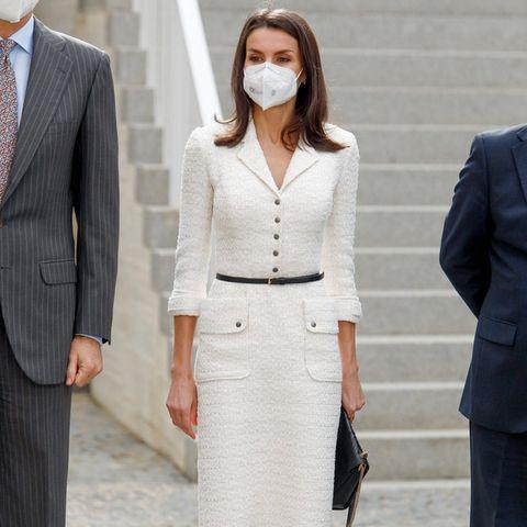 Königin Letizia von Spanien scheint mode-technisch wirklich eine treue Seele zu sein. Denn immer wieder greift die schöne Spanierin zu alten Lieblingen aus ihrem Kleiderschrank. Auch bei der Eröffnung eines Kunstmuseums setzt die Königin auf alte Favoriten und zeigt sich in einem Kleid von Felipe Varela, das sie in der Vergangenheit schon öfter trug. Während sie das Kleid 2017 noch mit einem breiten silbernen Gürtel aufpeppte, kombiniert sie es nun ganz schlicht mit dünnem Gürtel und spitzen Pumps. Der spanische Designer gehört definitiv zu ihren absoluten Lieblingsdesignern. Seit über 10 Jahren trägt sie regelmäßig seine Designs.