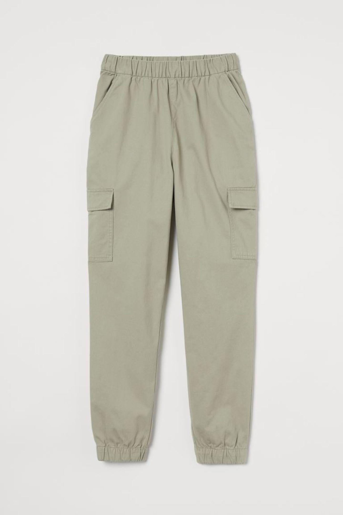 Wer jetzt keine Lust auf Jeans hat, der setzt diese Saison auf stylische Cargohosen. Diese pistaziengrüne Hose in 7/8-Länge passt einfach zu allem. Cargohose aus Twill von H&M, circa 15 Euro.