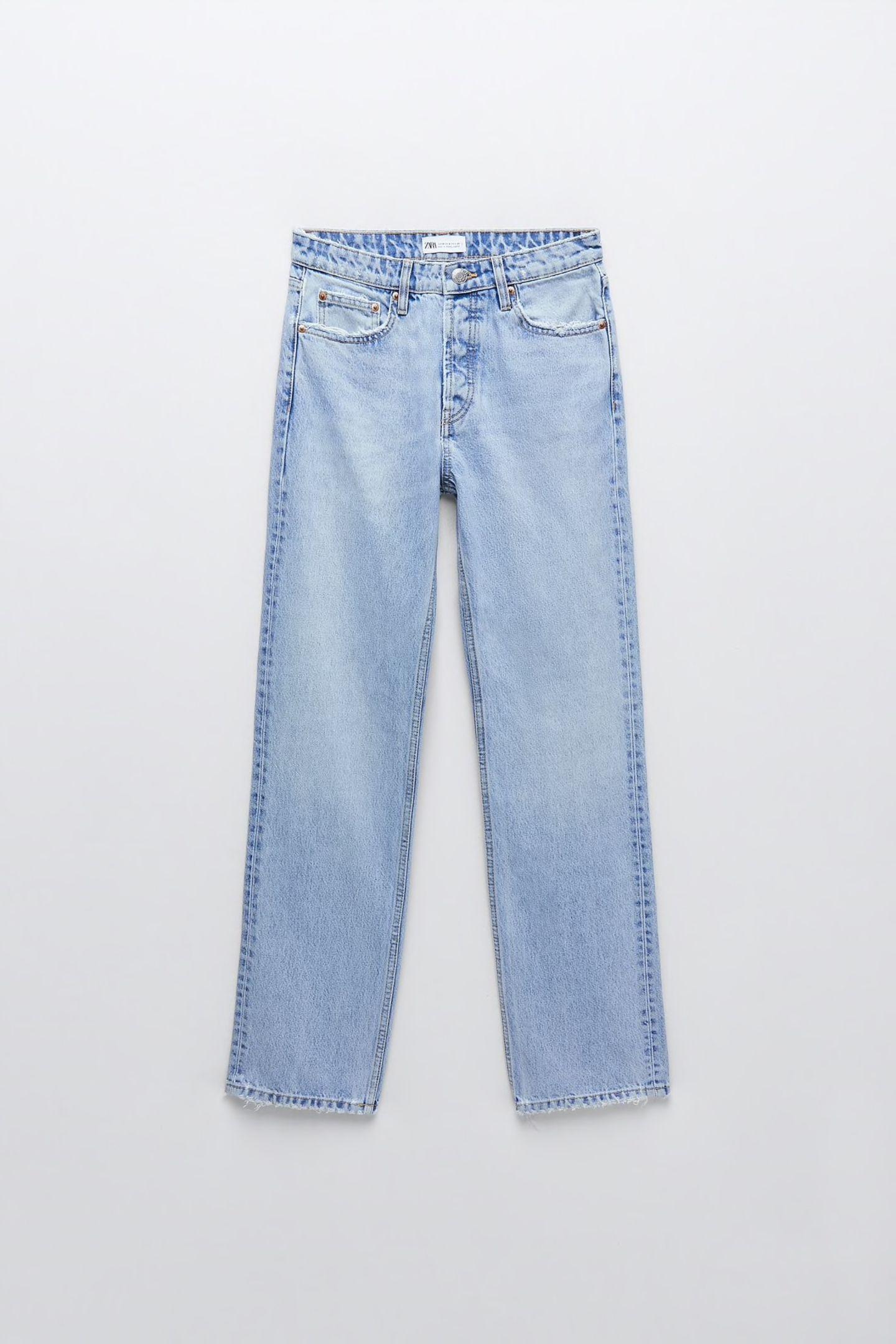 Jeans mit geradem Bein sehen wir gerade überall. Logisch, dass wir auch eine in unserem Schrank brauchen. Dieses Modell hat einen mittelhohen Bund und eine verwaschene Optik. We like! Von Zara, circa 30 Euro.