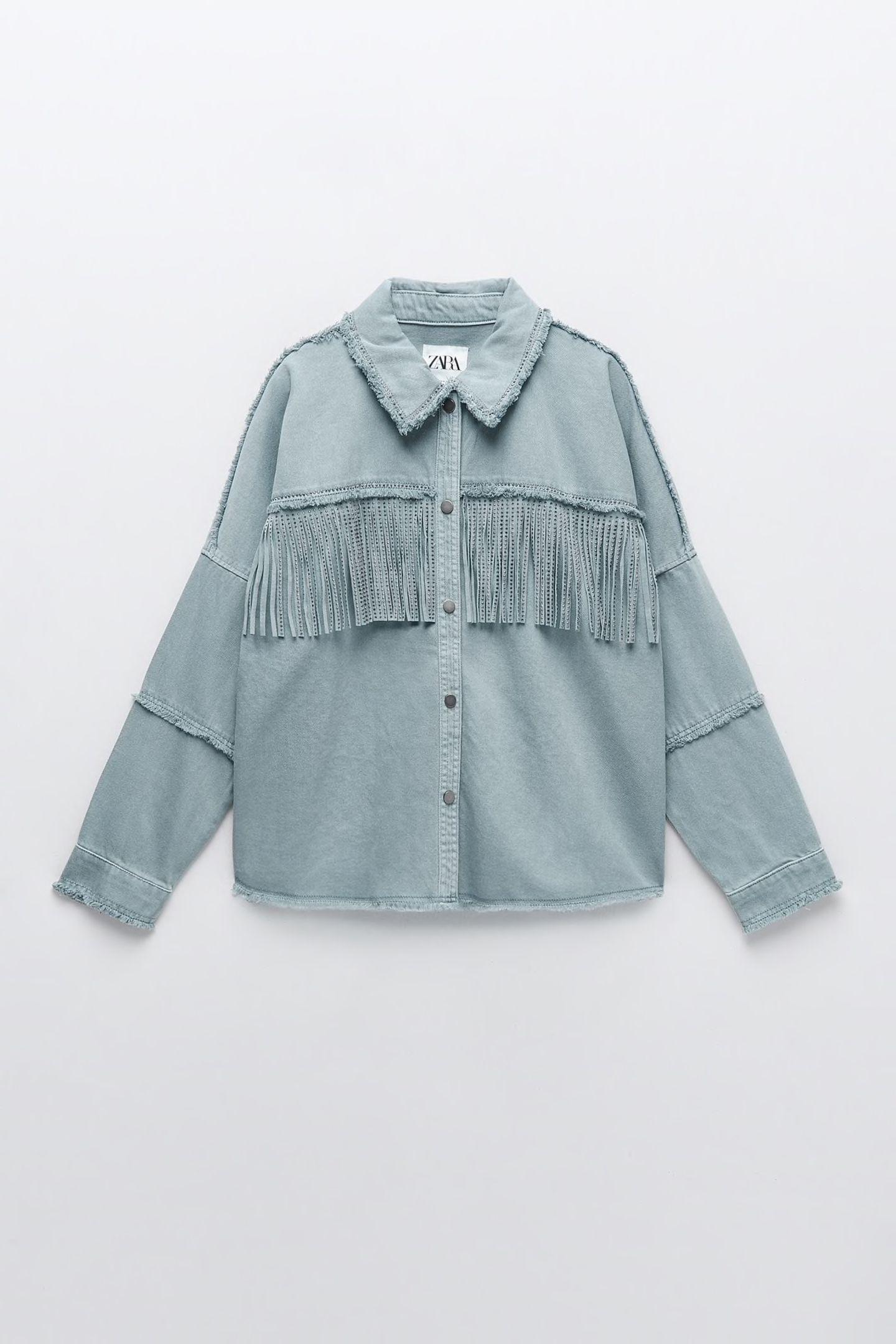 Diese coole Jacke im Western-Style wandertsofort auf unsere Wunschliste. Die süßen Glitzerdetails geben ihr das gewisse Etwas. Von Zara, circa 50 Euro.