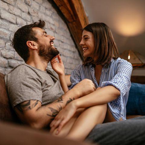 Beziehung: Ein Pärchen auf einer Couch