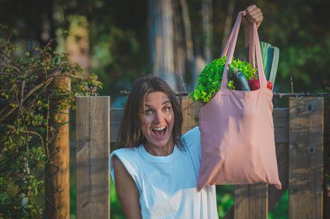 Klima schützen: Frau mit Gemüsebeutel in der Hand