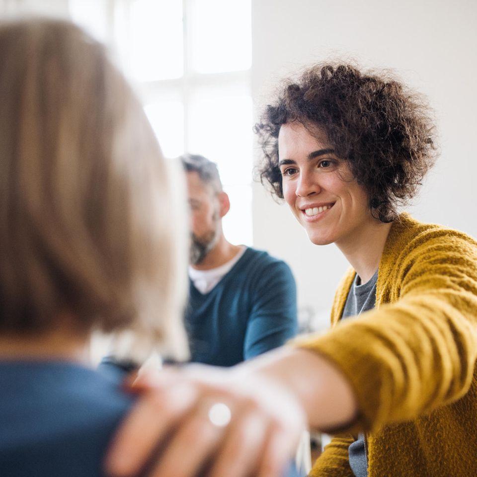 Wohlbefinden steigern: Hilfsbereite Frau