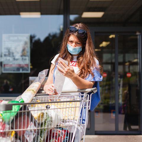 Corona aktuell: Frau beim Einkaufen