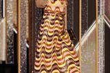 Awkwafina bezaubert auf der Bühne im Pailletten-Retro-Look.