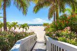 Dieserbreite Sandstrand hat quasieine ganze Stadt im Gepäck: St. Pete an der Westküste Floridas ist der Strand von Saint Petersburg. Hier gibt es natürlich jeglicheInfrastruktur, die man sichwünschen kann:Hotels, Nightlife, Museen, Restaurants, Festivals, Wassersport ...