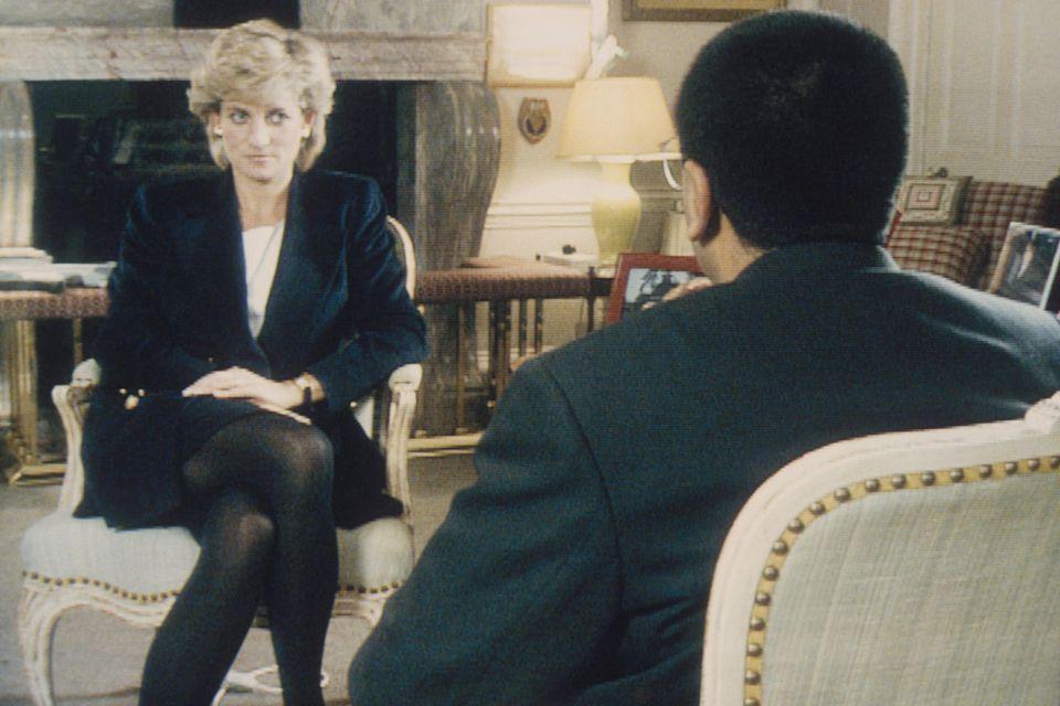 Prinzessin Diana wählt für das Interview mit Martin Bashir von der BBC den gleichen ausdrucksstarken Make-up-Look.