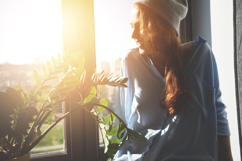 Ich kann nicht mehr: Frau sitzt am Fenster