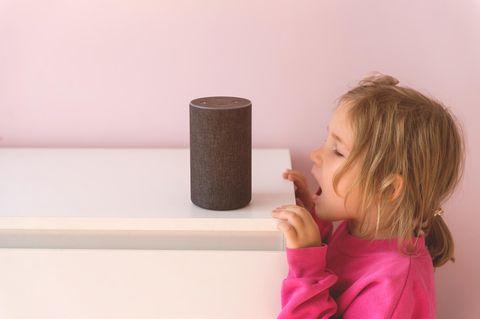 Kind mit Alexa