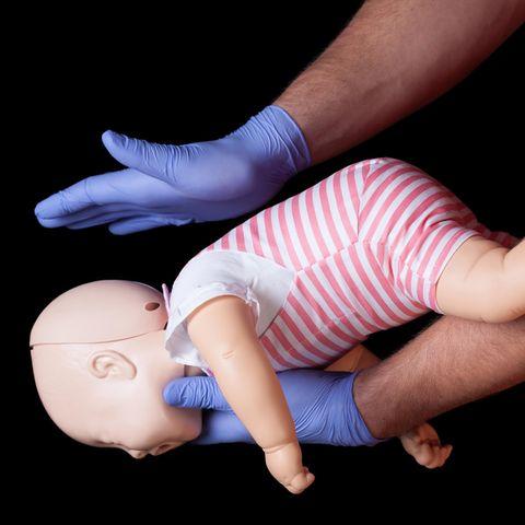 Erstickendes Baby: Polizist rettet Leben in letzter Sekunde