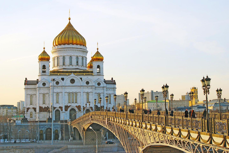 """Die feministische Punkrock-Band """"Pussy Riot"""" wurde durch ihren Protestauftritt am 21. Februar 2012 mit einem Punk-Gebet in der Moskauer Christ-Erlöser-Kathedraleberühmt. Mit Sturmhauben über den Köpfen flehten Nadeschda Tolokonnikowa, Marija Aljochina und Jekaterina Samuzewitsch die Jungfrau Maria an, sie von Putin zu erlösen.Die Wahl der Kathedrale unmittelbar am Kreml war für die Band ein Guerilla-Schachzug, den einige als blasphemisch kritisierten. Drei Bandmitglieder wurden wegen Störung der öffentlichen Ordnung zu Gefängnisstrafen verurteilt, darunter zwei junge Mütter, die man gezielt weit entfernt von ihren Familien inhaftierte. Trotz Verfolgung durch den Staat traten die Frauen immer wieder in Aktion."""