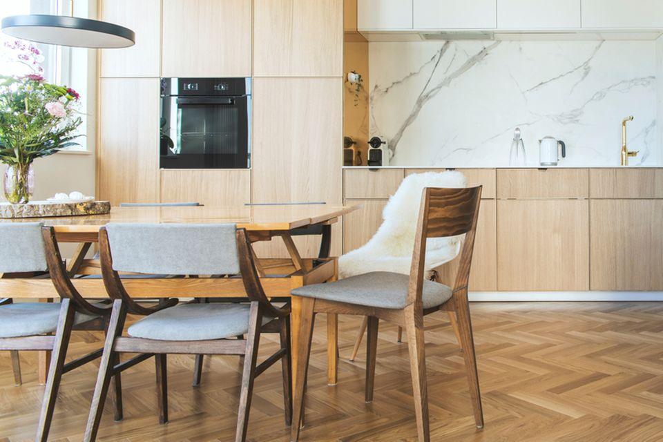 Küche renovieren: Küche mit Holzparkett