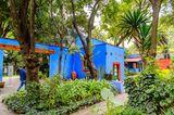 Die Künstlerin Frida Kahlo (1907–1954) ist in den letzten Jahren zur Ikone der Popkultur avanciert. Doch wo kommt sie eigentlich her? Fans pilgern in das Casa Azul nach Mexiko Stadt. Denn in dem wunderschönen blauen Haus wurde sie geboren und hier starb sie auch. Fast ihr ganzes Leben verbrachte sie hier, zeitweise mit ihrem Mann, dem Muralisten Diego Rivera. Das Hausist heute ein Museum und die umfassendste Hommage an Frida Kahlos Werk, das von großem Schmerz geprägt war. An Bedeutung übertrifft sie längst ihren berühmten Mann:Eines ihrer Selbstporträts war das erste Kunstwerk aus Mexiko, das der Louvre in Paris erwarb.