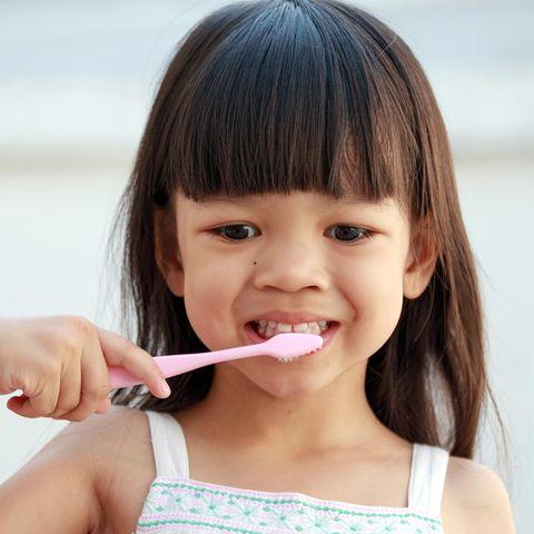 Zahnpasta für Kinder: Kind putzt Zähne