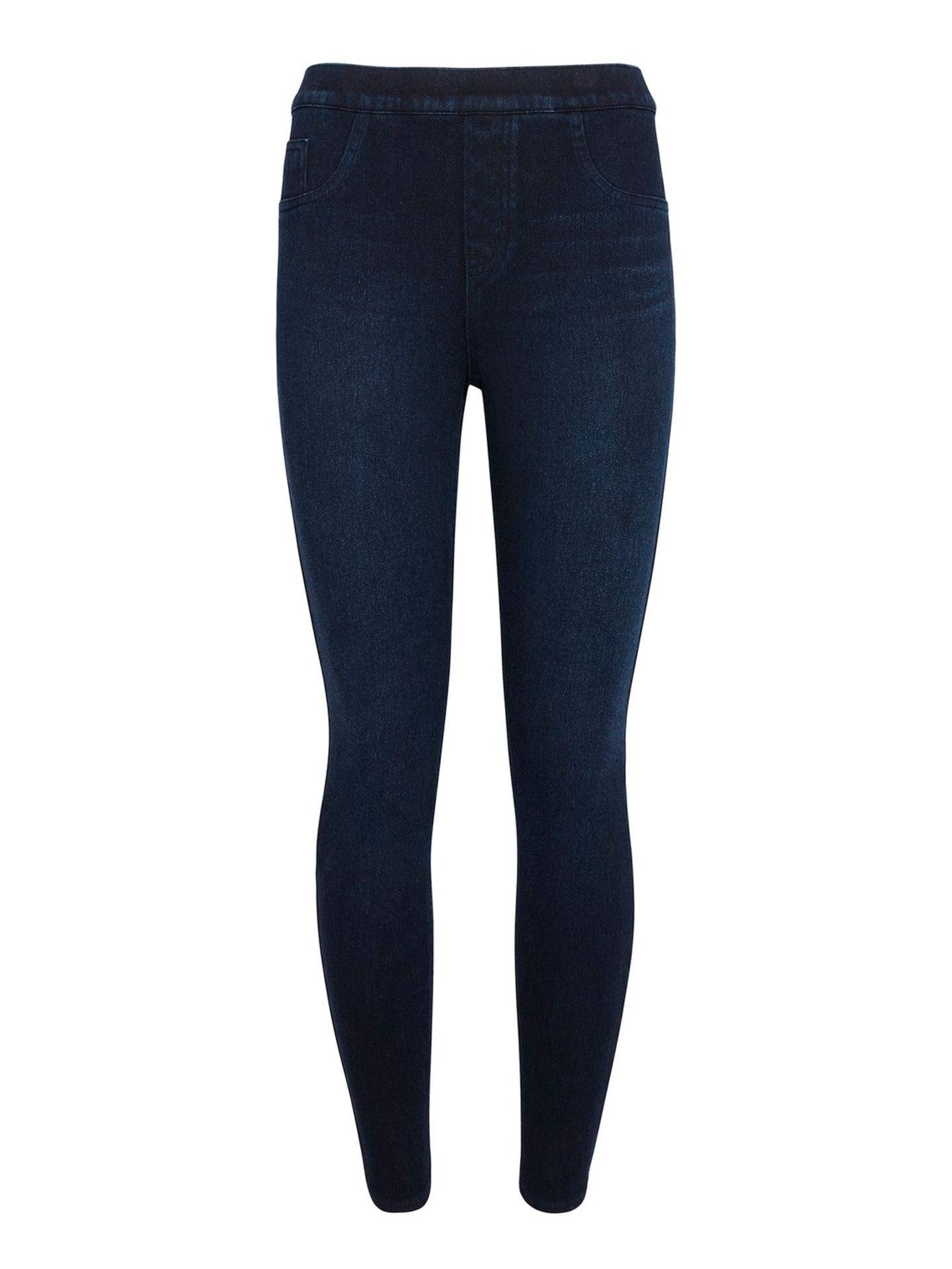 Huch, Leggins von Spanx? Jaa! Die bekannteste Shapewearmarke auf dem Markt liefert neben klassischen ihren Produkten nun auch Leggings mit extra viel Shaping-Effekt. Die neuen Leggings-Typen gibt es in verschiedenen Optiken, wie Leder und Jeans und sorgen für extra viel Komfort im Alltag. Ca. 150 Euro.