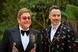 """Sir Elton John  2012 schreibt die britische Poplegende in der Autobiografie """"Love is the Cure"""" über seine Essstörung. Über sechs Jahre leidet er an Bulimie und war Alkohol- und Drogensüchtig: """"Ich hatte Fressattacken. Aß drei Speck-Sandwiches und einen Kübel Glacé, nur um mich anschließend zu übergeben."""" Irgendwann musste er sich eingestehen, dass er Hilfe benötigt. 1990 lässt der Sänger sich in eine Entzugsklinik einweisen."""