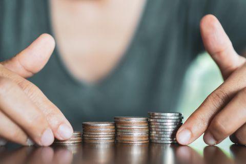 Sparpläne: Geld wird gestapelt