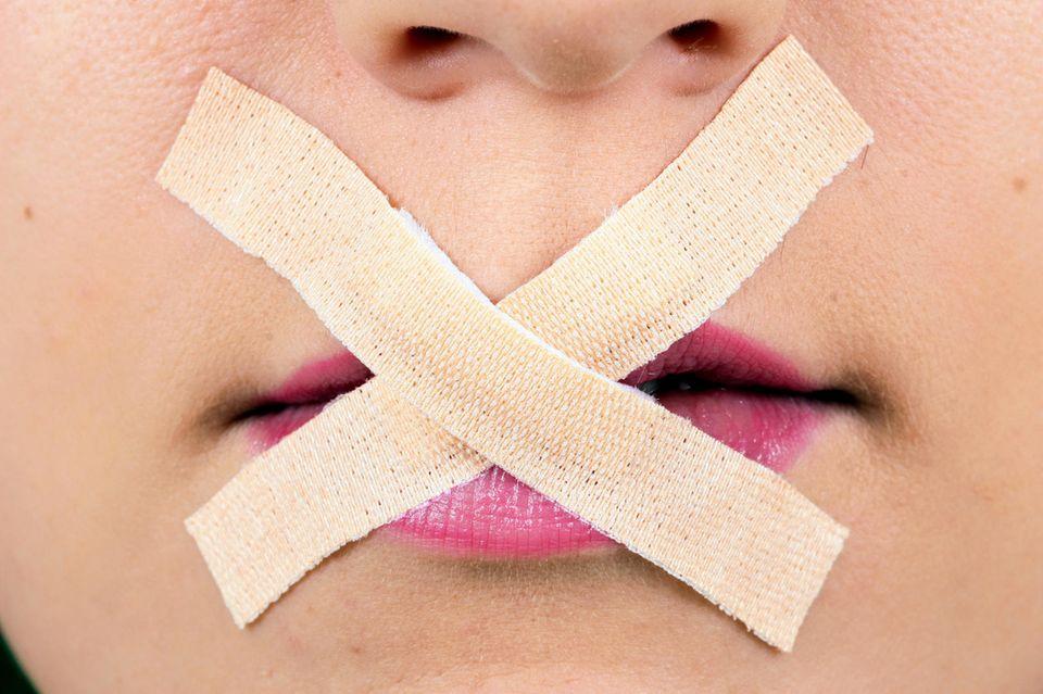 Behinderung als Schimpfwort: Mund mit Pflaster zugeklebt