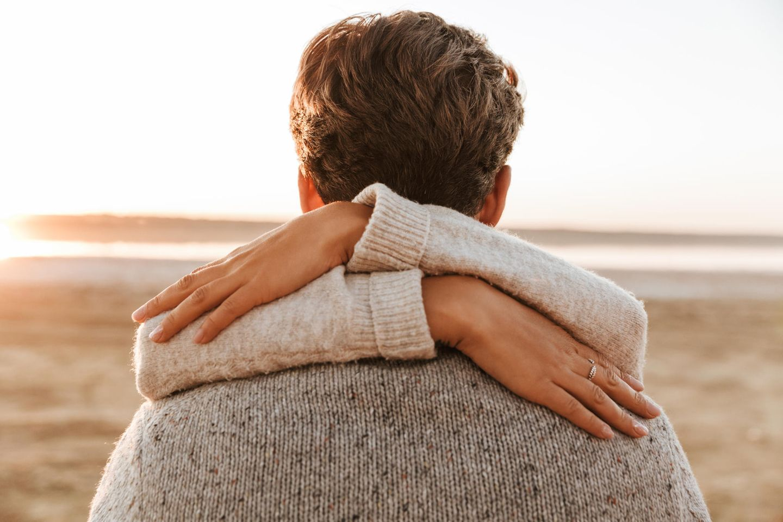 Verliebt oder abhängig: Paar umarmt sich