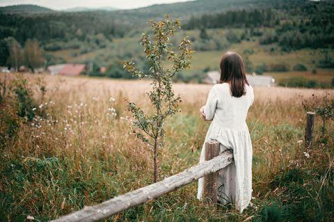 Landleben: Frau steht auf Feld