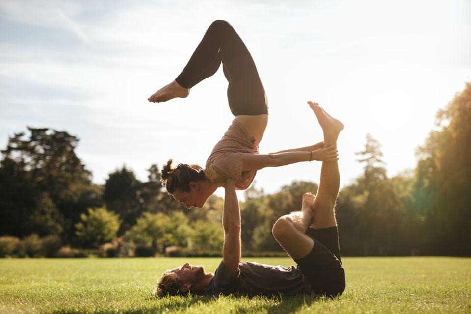Acro Yoga: Mann und Frau beim Acro Yoga