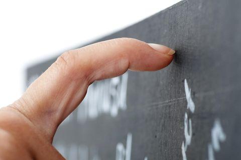 Trigger: Finger kratzt über Tafel