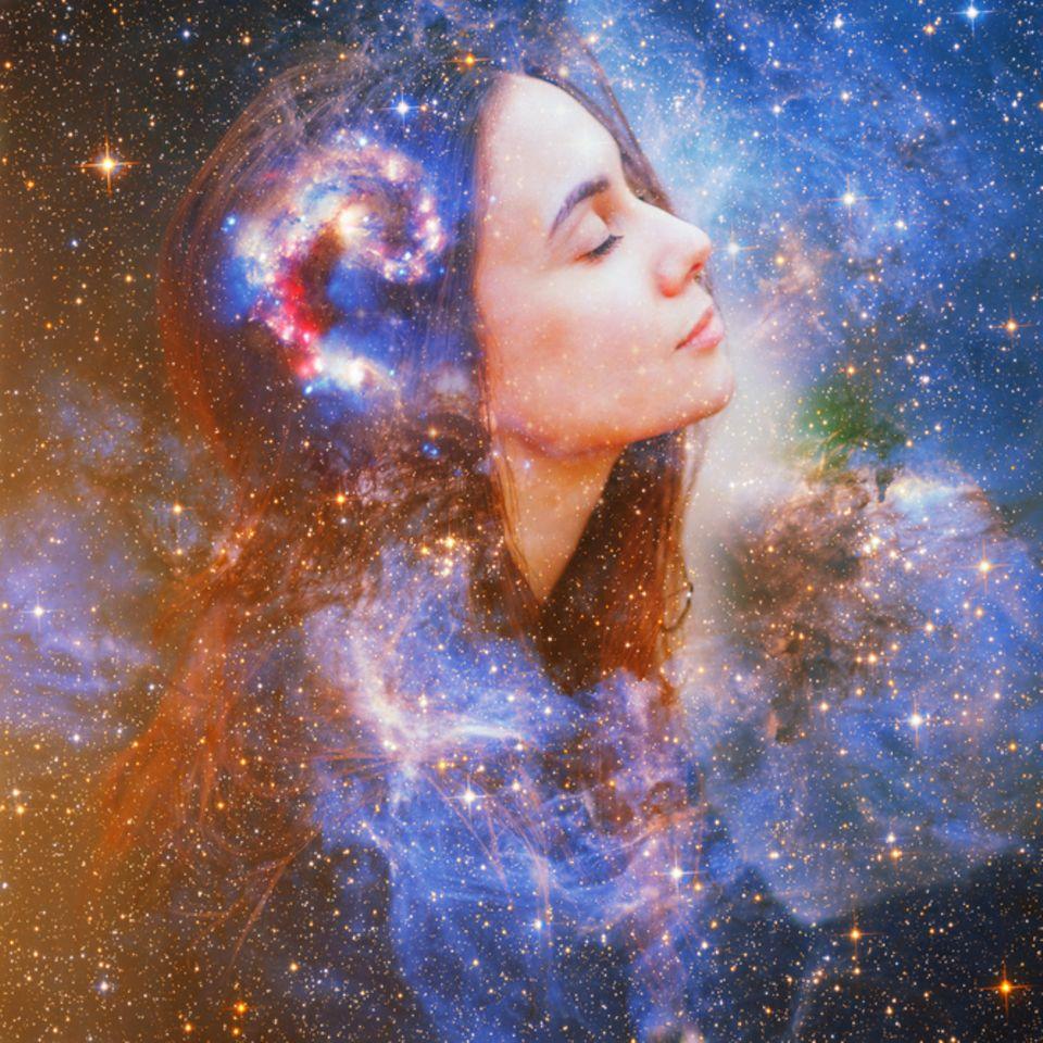 Sternzeichen-Datum: Frau mit blauem Sternenhimmel