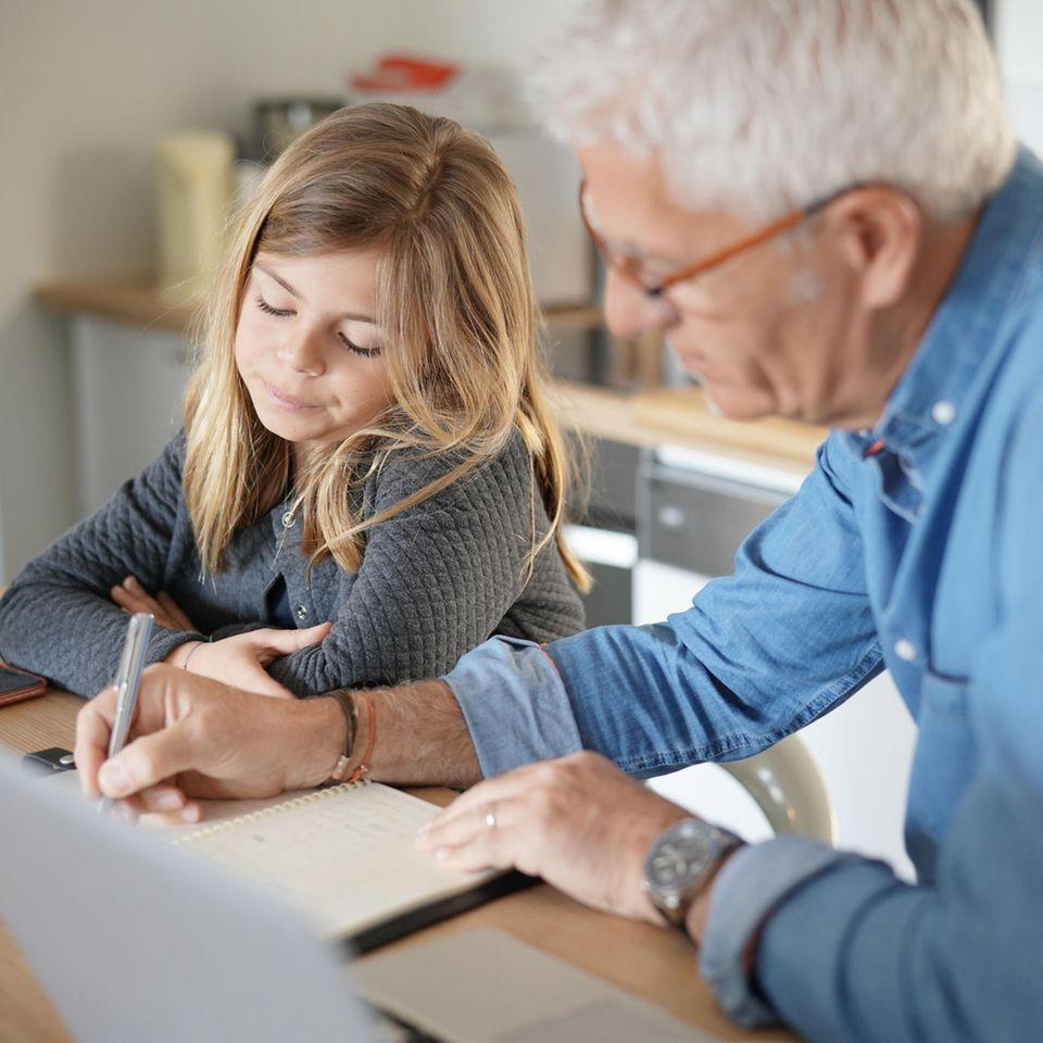 BRIGITTE-Studie zeigt: Vater und Tochter arbeiten am Tisch