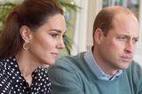 """Im Gespräch mit """"Shout"""", einer von den Royals unterstützen Organisation, die Menschen via Telefon mentalen Support anbietet, zeigen sich Kate und William mit ernster Miene. Dafür ist der Look, den die Herzogin wählt, sehr verspielt: Sie trägt eine gepunktete Seidenbluse und goldene Ohrringe in Kreisform. Mit einem Preis von umgerechnet sechs Euro sind die nicht nur im Vergleich zur 250-Euro-Bluse ein echtes Schnäppchen."""
