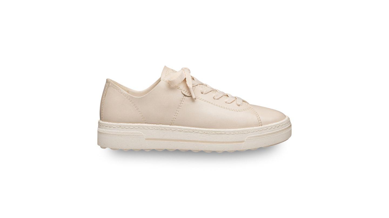 """Trends gibt es unzählige –aber müssen wir auch wirklich jeden mitmachen? Wir jedenfalls haben doppelt Freude an Pieces, die länger als nur eine Saison auf unserer Favoriten-Liste stehen. So zum Beispiel auch dieser beigefarbene Sneaker aus der """"Green Step""""-Kollektion von Tamaris. Nicht nur das Design istsaisonunabhängig und klassisch, auch das Material ist es. Für die Produktion wirdzum BeispielAppleSkin und Leder verwendet. Von Tamaris, kostet ca. 100 Euro"""