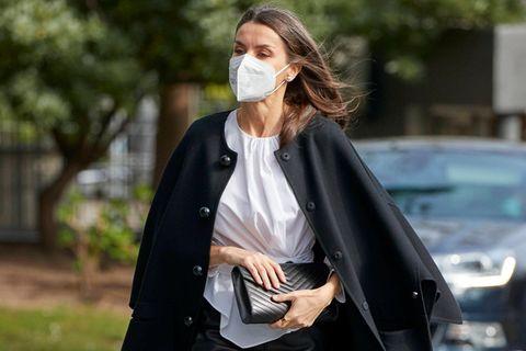 Bei einem öffentlichen Auftritt beweist Königin Letizia mal wieder ihr Händchen für Mode. Diesmal wählt sie einen Bleistiftrock aus Leder und kombiniert ihn mit weißer Bluse, Pumps und einem richtig coolen Cape-Mantel. Ganz ehrlich, das würden wir sofort genauso tragen!
