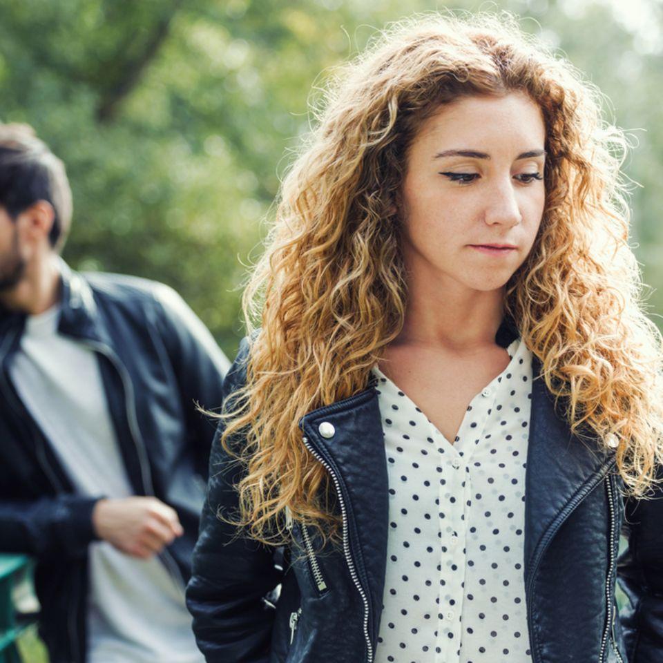 Verdeckter Narzissmus: Traurige Frau, die vor einem Mann steht