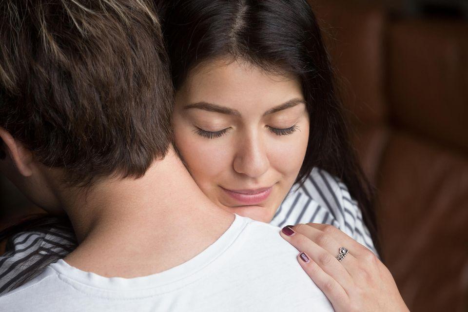 Echoist: Frau umarmt einen Mann.