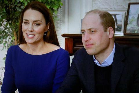 Zu den digitalen Feierlichkeiten des Commonwealth (am selben Tag wie die Ausstrahlung des Day trägt Herzogin Catherine ein royalblaues Kleid von Emilia Wickstead mit U-Boot-Ausschnitt. Viel sieht man nicht – aber Kates Stilsicherheit lässt sich trotzdem erkennen.