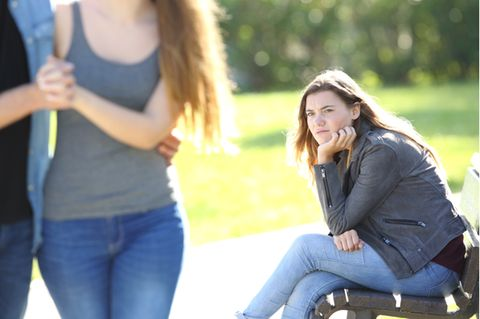 Friendzone: Frau schaut unglücklich einem Pärchen hinterher