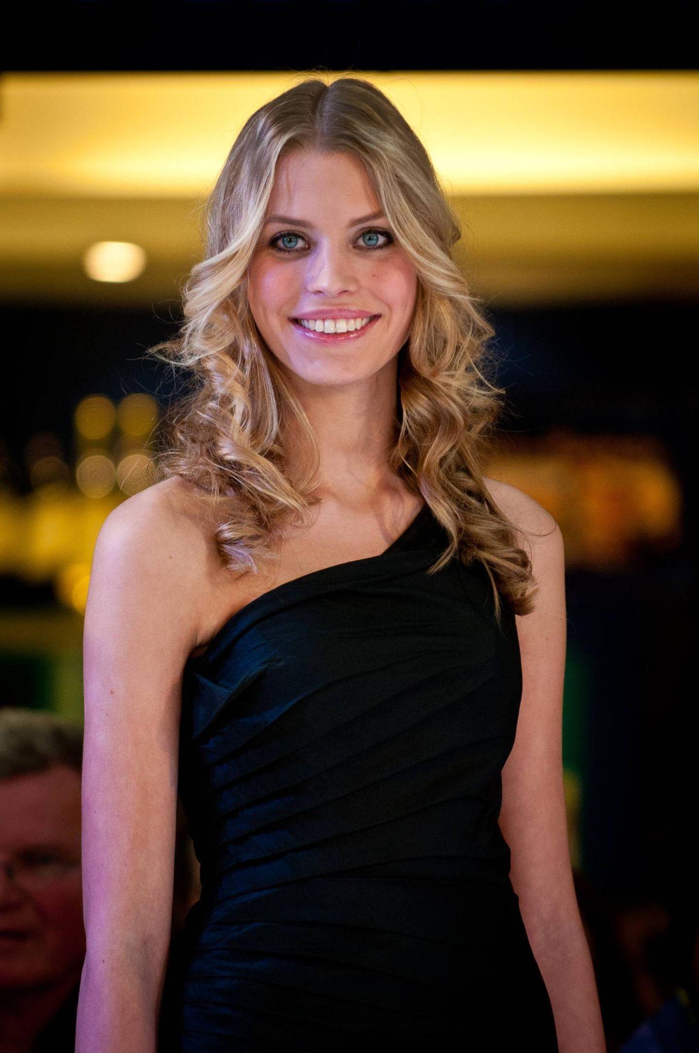 GNTM: Sarah-Anessa mit langen blonden Haaren
