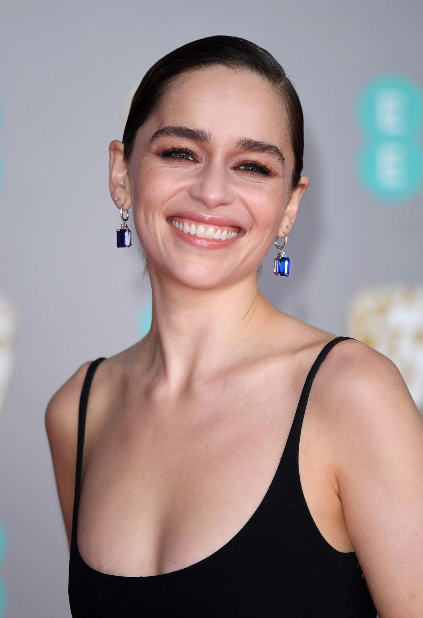 """Emilia Clarke hat es, das Eine-Million-Dollar-Lächeln. Und damitdas auch so natürlichbleibt, lehnt die """"Game of Thrones""""-Darstellerin Botox, Filler & Hyaluron im Gesicht ab. In einem Interview mit der britischen Elle sagt sie: """"Ich arbeite in einer Branche, in der ich mein Gesicht bewegen und ausdrucksstark sein muss,da kann man keine Filler verwenden"""". Eine kuriose Erfahrung mit einer Kosmetikerin hatte die Schauspielerin bereits: """"Ich hatte einmal eine Kosmetikerin, die mir sagte, ich bräuchte Filler und ich habe ihr die Tür gezeigt. Ich habe nur gesagt: 'Raus hier'"""", sagt sie im Interview."""