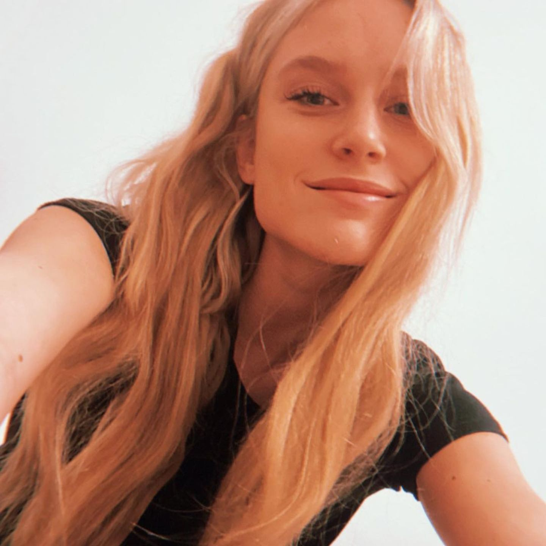 GNTM: Kim Hnizdo mit langen blonden Haaren
