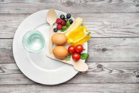 Intervallfasten: Gemüse auf einem Teller