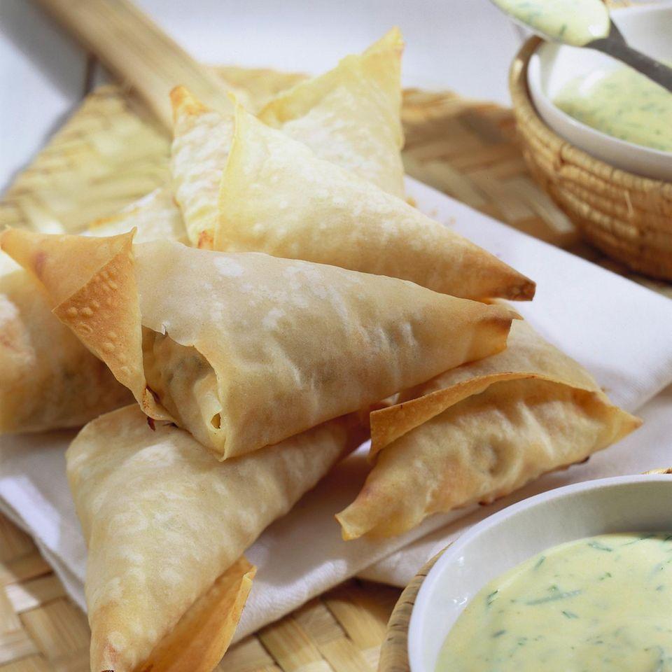 Gebackene Lachstäschchen mit Dill-Senf-Joghurt