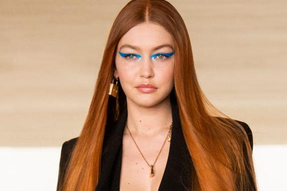 Gigi Hadid überrascht bei der Versace-Show mit neuer Haarfarbe
