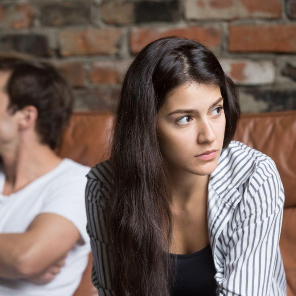 Stonewalling: Frau und Mann wenden sich voneinander ab.