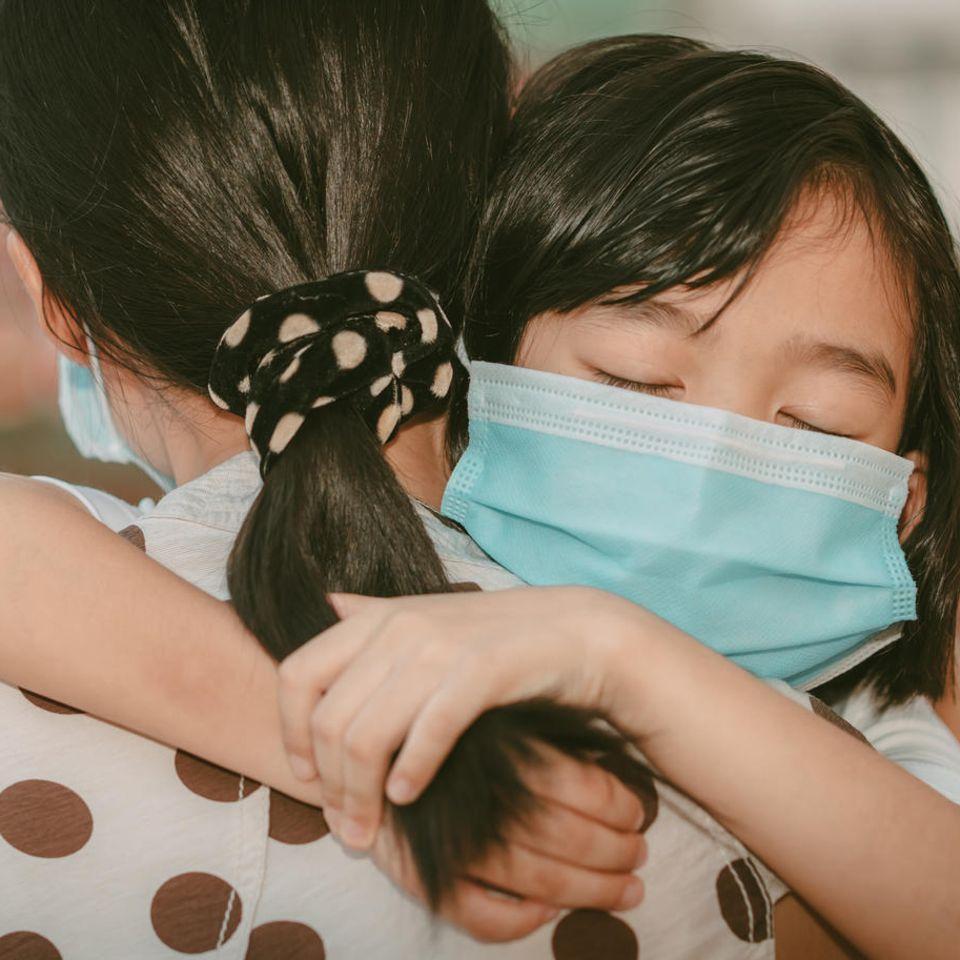 Studie: Mädchen umarmt Mutter