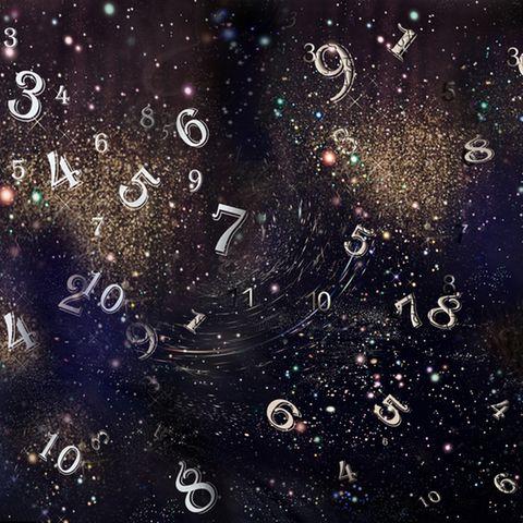 Life Path Number: Zahlen vor dunklem Sternenhimmel.
